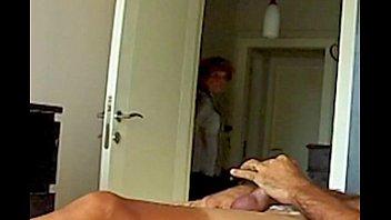 Mama ve el video porno de su h., Mom Fascinated By Daughters Sextape