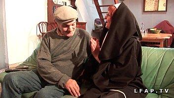 Une vieille nonne baisee et sodomisee par Papy et son pote 47 min