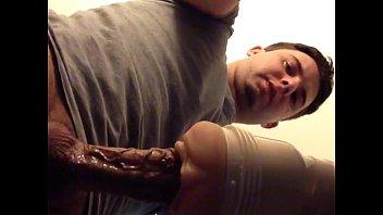 Garoto Lindão socando pau gigante e veiudo na buceta de b.!