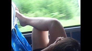 Coxas brancas gostosas no ônibus e o pezinho (1)