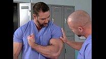 Macho peludo e musculoso no hospital