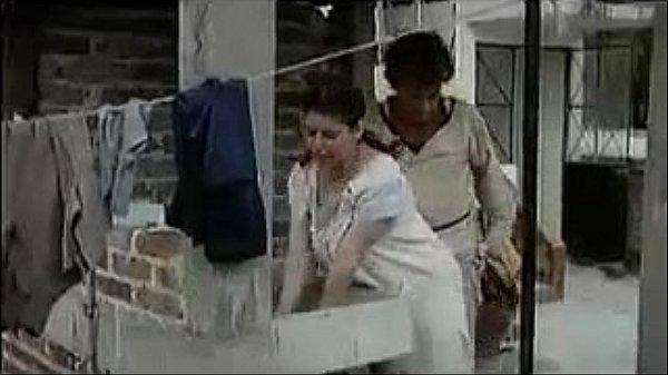madura se la cojen mientras estaba lavando