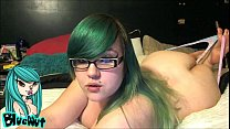 Gordinha gostosa de cabelo verde se exibindo