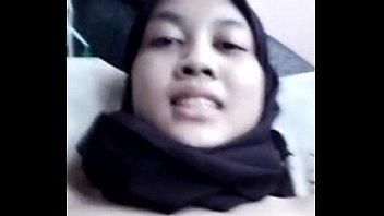 Hijaber cantik ngocok memek mulusnya karena udah sange