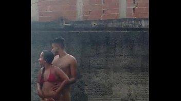 Camara oculta pilla dos singando en la piscina