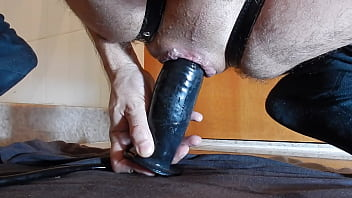 stretching my asshole and my lips with pump plug.MOV