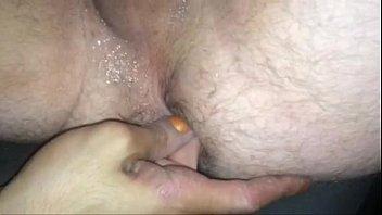 Chupada com dois dedos no cu do macho
