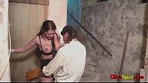 veterana se deja coger de hombre y follan en los sotanos del castillo hacen diferentes poses y tiene