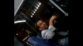 Exibindo a pica no ônibus