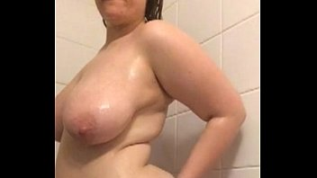 Gordinha tomando banho.