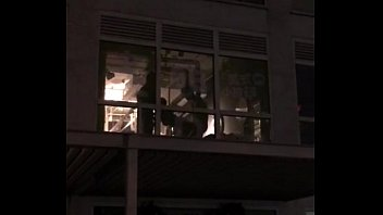 露天實拍兩男ㄧ女窗邊性愛