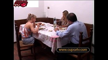 father fucks his daughter and her mother is doing the fingerings - padre scopa l