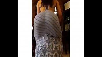 Morena rabuda de vestido