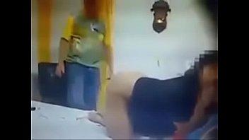 Una esposa infiel trata de seducir al técnico de TV