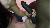 Corno lambendo bolas enquanto a esposa cuida da rola