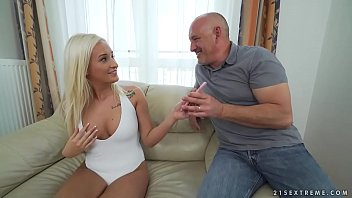 Booty blonde Daisy Lee takes an old dick