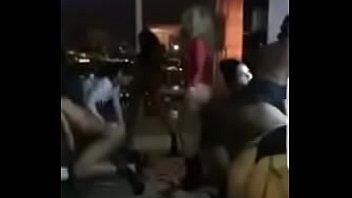 floyd mayweather comemorando a vitoria numa suruba com varias putas gostosas