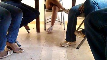 Espiando bajo la mesa