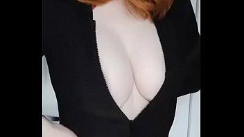 Ruivinha mostrando os peitos