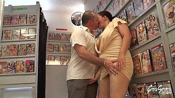 Milf bbw enculée sans merci dans un sex-shop 14 min