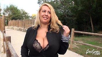 Coquine blonde à gros seins se fait sodomiser