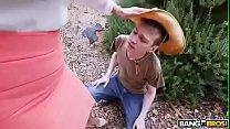 Milf obliga a su jardinero a lamerle el coño