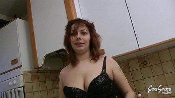 Maria aime le sexe et profite de l'absence se son père pour se faire baiser