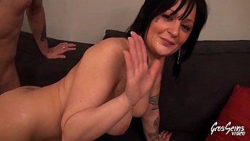 Gina brunette aux gros seins se fait enculer