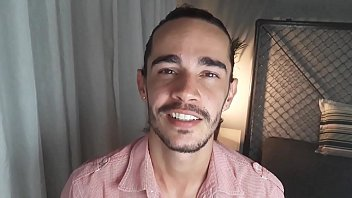 CONTO ERÓTICO GAY -  TIRANDO A VIRGINDADE DO IRMÃO DO NAMORADO - Juan Calabares 17 min