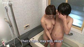 Japansk tante har et stort bryst til at bade med deres nevø