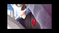 Flagras solinhas na sapatilha dentro do onibus