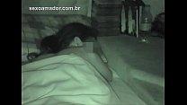 Padrasto entra clandestinamente no quarto da enteada e filma ela d. de calcinha