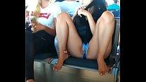 descuido chica en shorts en el aeropuerto mostrando los labios