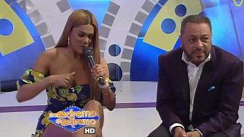 Se le sale teta a presentadora dominicana