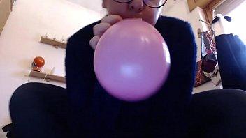 Questi palloncini colorati fanno eccitare così tanto tua madre che ci squirta sopra come non mai
