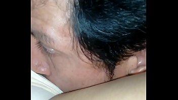 besandola entre sus muslos