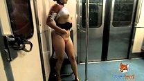 exhibisionismo en el metro de la ciudad, viajando de noche y calentando a curiosos. mostrando mi culo y tetas