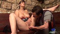 Lola Vinci, brunette aux gros seins laisse un mec la baiser dans un bar