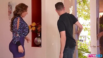 American milf sensation Richelle Ryan fills her mouth and pussy with cock