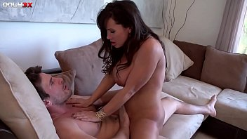 Milf pornstar Lisa Ann goes for a morning sex