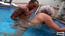 Brincando com a velha na piscina