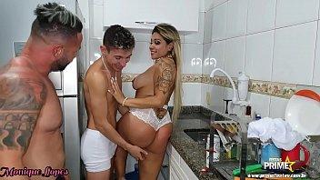 Marido faz Churrasco e Amigos comem Esposa na Cozinha completo Red