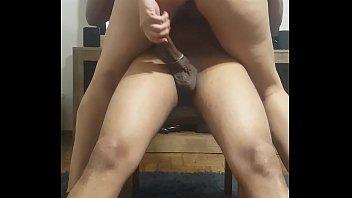 Hot wife tirando a camisinha do dotado enquanto rebola