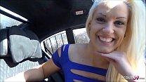Anhalterin Blanche bedankt sich auf der Rückbank mit Sex im Auto Deutsch - German MILF