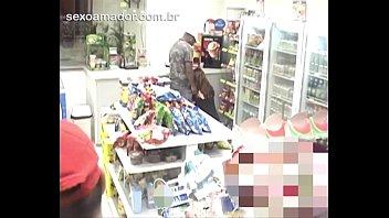 equipamento de vigilancia filma mulher b. chupando pau de homem em loja de conveniencia