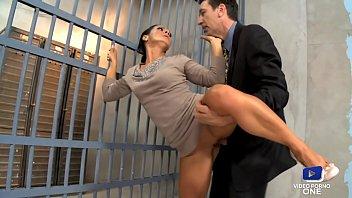 L'avocat baise une milf devant son mari