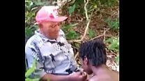 Joven grabada en la selva