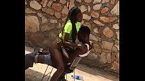 Baise des jeunes africains en plein air