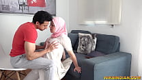 शादीशुदा मुस्लिम महिला अपने हिन्दू पड़ोसी से बूर और गाँड़ चुदवाने उसके घर पहुँच गयी