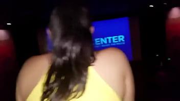 Me Másturbaba en el Cine y la mujer de alado no aguanto y se monto encima, su novio había salido al baño